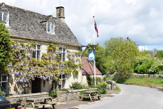 Witney, UK: The Swan in Swinbrook is one of our favourite places to stop for lunch