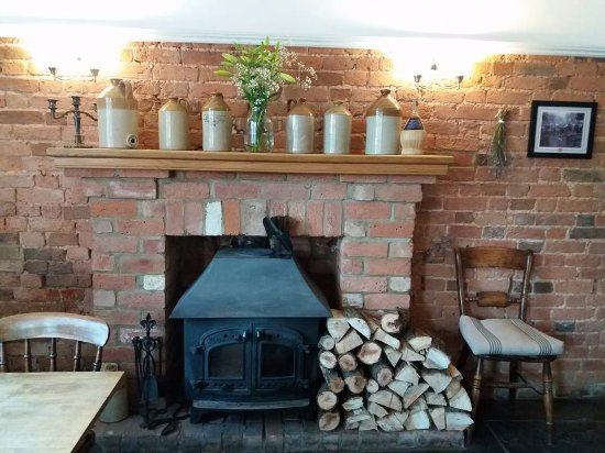 Cradley, UK: Fireplace in the bar