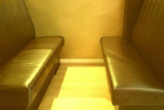 Ringwood, UK: Upholstered bench seats