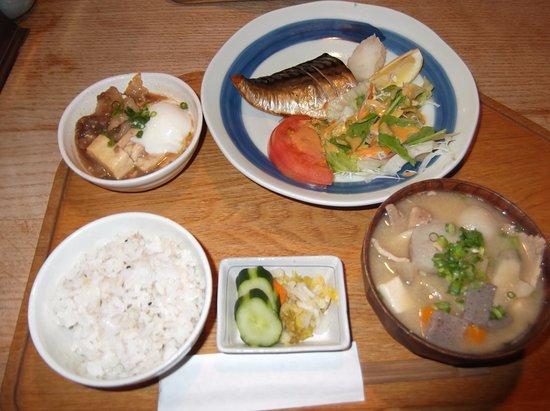 Kasuga, Япония: 豚汁定食ライトに温泉卵と黒毛和牛の肉豆腐の小鉢