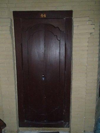 Three Brothers Bungalows: リノベーションしてない部屋のドア、外からの南京錠、室内にいるときは、中からカンヌキ!