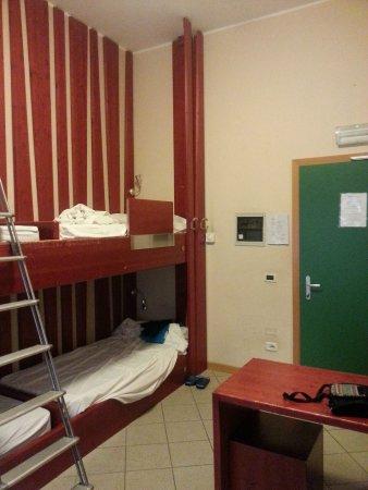 Letti A Castello A Roma.Dormitorio Da 4 Letti Due Letti A Castello Picture Of Roma