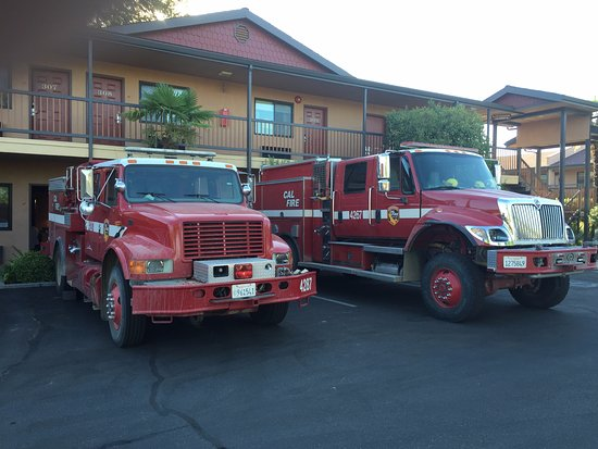 Adelaide Inn: Fire Trucks staying t fight nearby fires