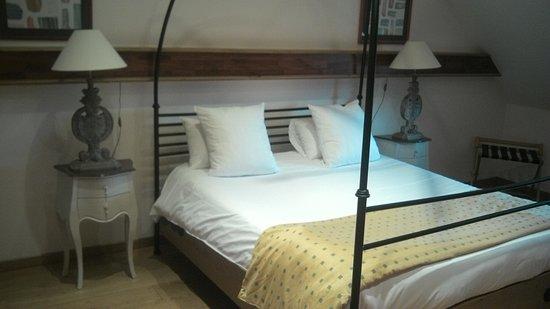 Hôtel et Spa Le Lion d'Or : vue du lit à baldaquin