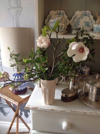 Castle Cary, UK: A decorative detail of the kitchen. We like arranging our own flowers.