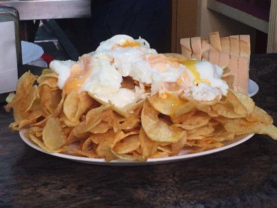 Don Benito, España: Ranitas con tomate frito casero y patatas fritas con huevos de granja