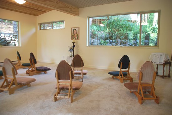 Halfmoon Bay, Kanada: Dharma Meditation Room.  You are welcome to join us daily at 6 am and 8 pm.