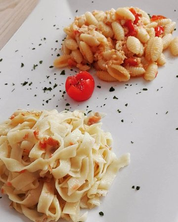Valdagno, İtalya: Bis fettuccine fatte in casa alla trota affumicata e gnocchetti al sugo di trota e pomodorini