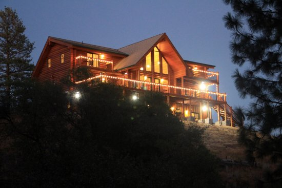 Murphys, Californië: Night view of the inn's rear side.