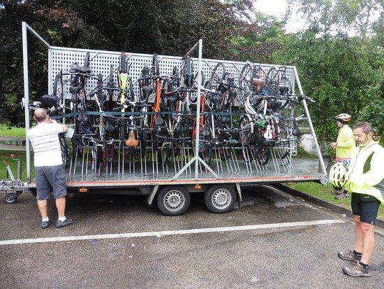 Urdanibia Park Hotel: Montado bicicletas en el aparcadero hotel