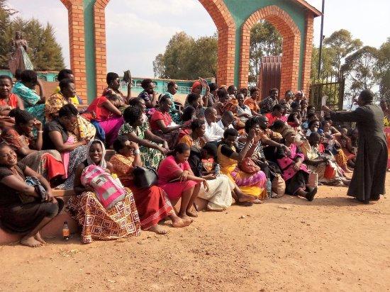 Kibeho, Ρουάντα: Pilgrims from Uganda outside the amphitheatre surrounding the Devine Mercy Statue