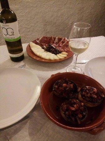 Arraiolos, Portugal: Excelente proposta; tapa de final de tarde acompanhada de um bom Vinho do Douro: Quinta de Gomar