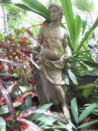 Hunte's Gardens: Antique stauary