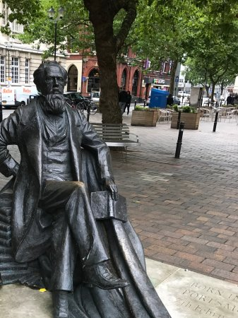 ‪Charles Dickens Statue‬