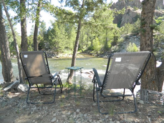 Mountain River Inn Bed & Breakfast: Seats down by the river. There is also a small sandy area where you can put your feet in the wat