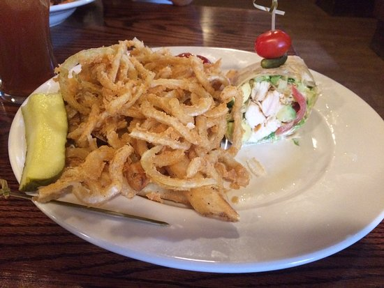 Woodbury, Κονέκτικατ: Grilled Chicken Wrap (1/2 eaten before photo!) with Onion Straws and Fries