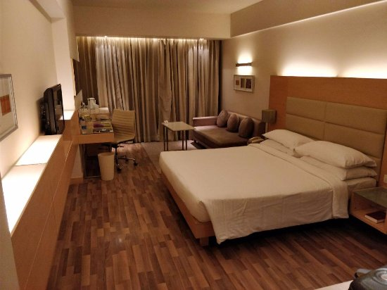 The Raintree Hotel - Anna Salai : This room with an ensuite is plush with locker, iron, hair dryer, etc.