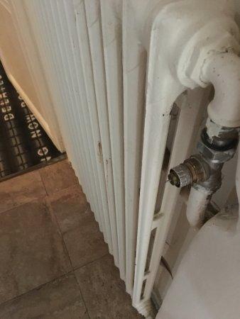 Villiers-sur-Morin, Frankrike: dangerous broken radiator at child face height