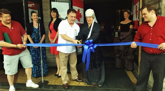 Gananoque, Canada: MP Gord Brown and Queen Victoria herself cut the ribbon!