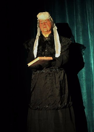 Gananoque, Canada: Queen Victoria addresses the audience at the Royal!