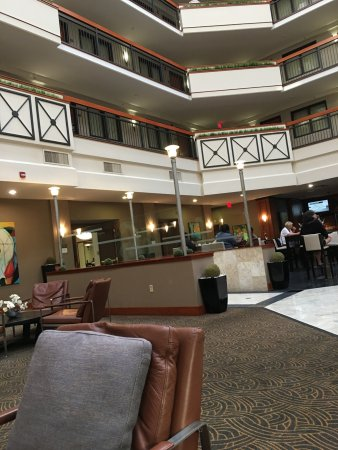 Embassy Suites by Hilton Louisville: ラウンジより上階を望む