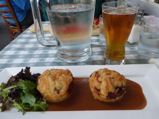 Lion's Head Inn & Restaurant: Steak & Ale mini pies with a local ale