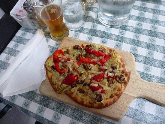 Lion's Head Inn & Restaurant: Garden Vegetable Flatbread with local ale