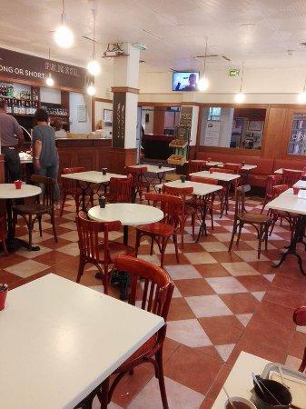 Ibis Lille Roubaix Centre : Une autre partie du buffet petit déjeuner avec l'accueil dans le fond