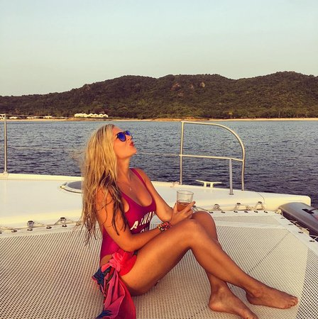 Jolly Harbour, Antigua: Enjoying the catamaran cruise while sipping some delicious rum punch!