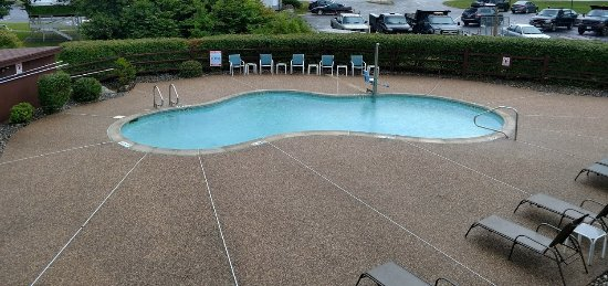 Fireside Inn & Suites at Lake Winnipesaukee: Our view of the pool. Pretty even in the rain!