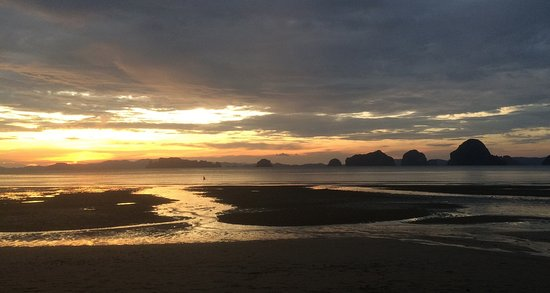 The Tubkaak Krabi Boutique Resort: Sunset over the beach at low tide