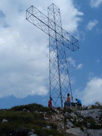 Tonezza del Cimone, Ιταλία: La croce sulla vetta dello Spitz