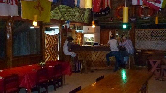 Atiu, Kepulauan Cook: Die Bar im Hintergrund