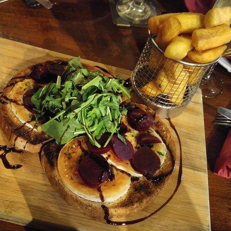 Okehampton, UK: The Fountain Inn & Riverside Restaurant