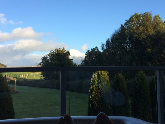Stratford, นิวซีแลนด์: Mt Taranaki from the hot tub in room 12