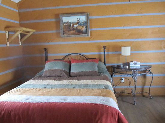 Pine Haven, WY: Queen couple style cabin, deluxe kitchenette