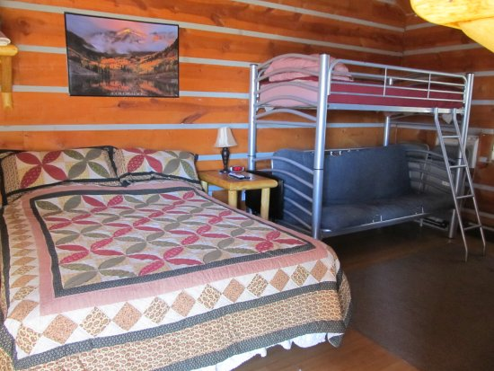 Pine Haven, WY: Queen deluxe one room cabin with a futon bunk