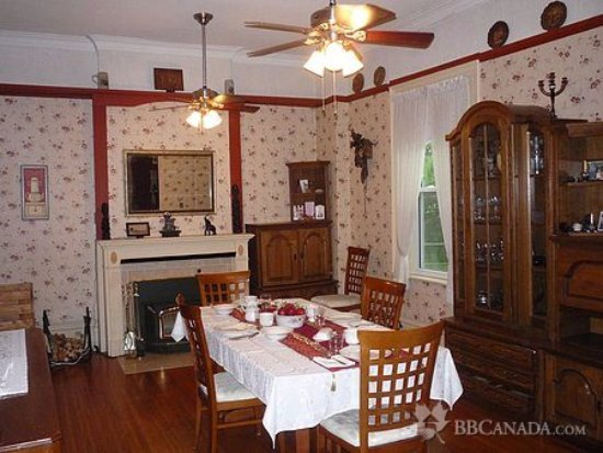 Place Victoria Place Bed & Breakfast: Our dining room for breakfast