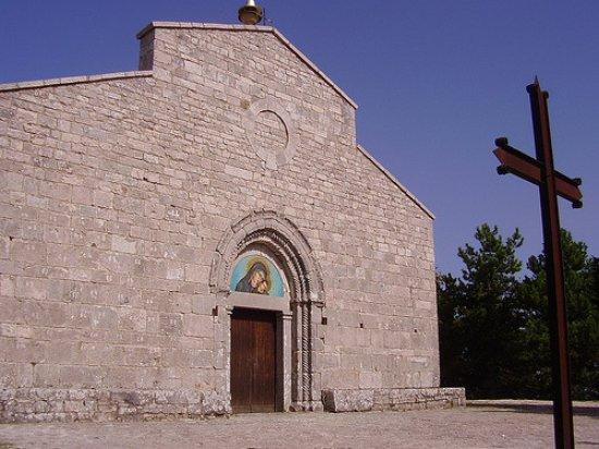 Cercemaggiore, Italy: facciata della chiesetta situata sul punto più alto della montagna