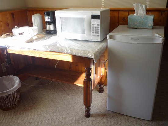 Belleville, Canada: Microwave, fridge and coffee maker and kettle, free bottled water and milk for your coffee or te