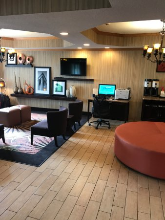 Hampton Inn Sturgis-Lagrange Area: business computer and relaxing area