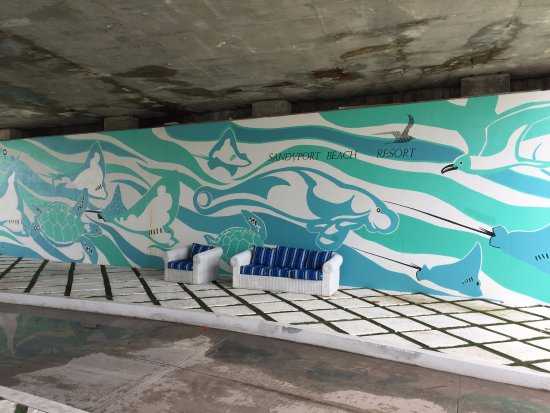 Sandyport Beach Resort : Sitting area at the mural