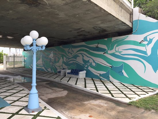 Sandyport Beach Resort : The mural is done!