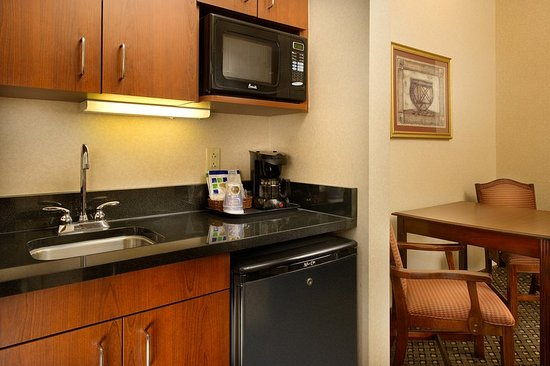 Chambersburg, Пенсильвания: Suites are equipped with microwave, refrigerator and bar sink