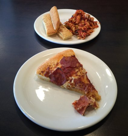 Cold Lake, Canadá: Pasta, Breadsticks And Pizza From The Lunch Buffet
