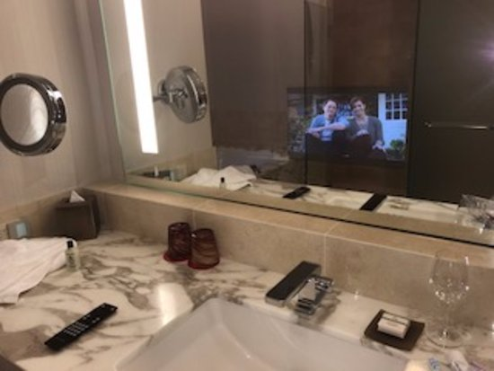 Four Seasons Hotel Seattle: TV Built in the mirror