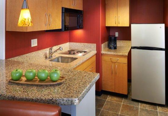 Γουόρεν, Μίσιγκαν: One-Bedroom Suite Kitchen