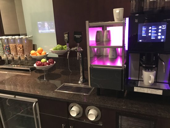 Club Quarters Hotel, Wall Street: My beloved expresso machine and snack bar