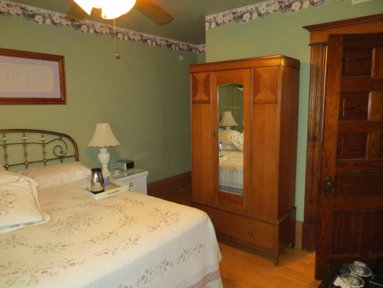 Garden Gate Bed and Breakfast: a lovely charming old-fashioned suite with modern amenities.