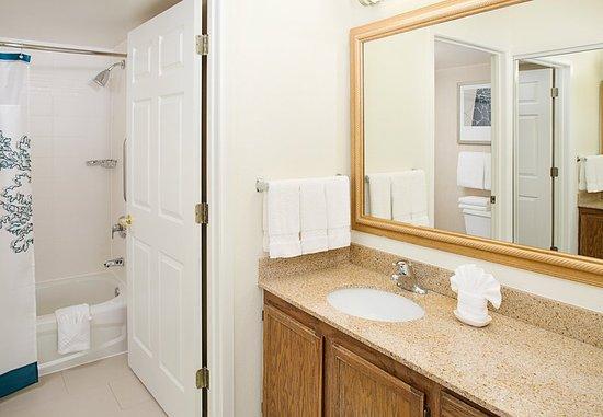 Rosemont, IL: Suite Bathroom